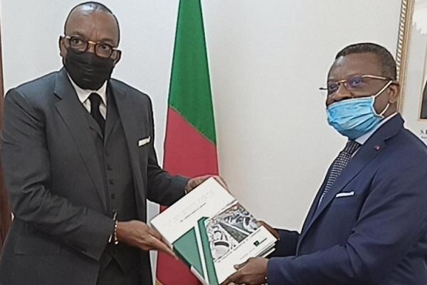 le-gicam-remet-au-premier-ministre-son-livre-blanc-de-l-economie-camerounaise