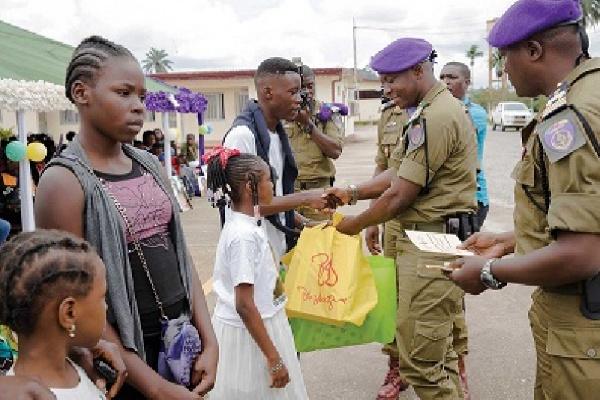 rentree-scolaire-2020-la-garde-presidentielle-offre-des-fournitures-a-pres-de-500-enfants-de-soldats