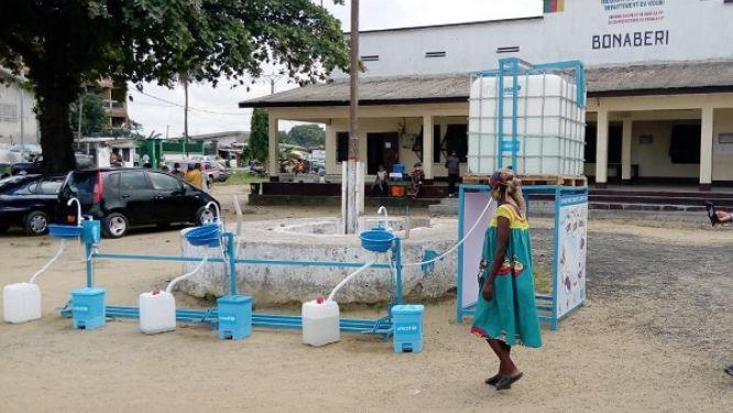 douala-des-lave-mains-geants-pour-lutter-contre-le-coronavirus-et-le-cholera