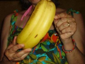 No, a woman who eats conjoined bananas will not give birth to Siamese twins