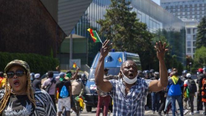 geneve-malgre-l-interdiction-une-centaine-de-personnes-manifestent-contre-la-presence-de-paul-biya