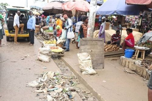 the-mayor-of-douala-condemns-the-illegal-occupation-of-sidewalks-fines-offenders